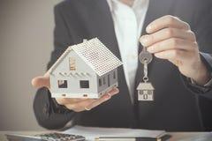 Domów klucze i modela dom Zdjęcia Stock
