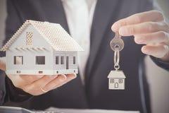 Domów klucze i modela dom Obrazy Royalty Free