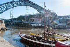 Dom我跨接在有Rabelo小船的杜罗河河的雷斯 波尔图葡萄牙 免版税库存图片