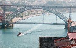 Dom雷斯桥梁和一艘船在波尔图在一个晴天 图库摄影