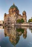 Dom берлинца и оживление реки стоковое фото rf