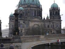 Dom собора/берлинца Берлина и Schloss наводят/Schlossbrucke, Берлин, Германия стоковые фото