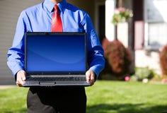 Dom: Agent Nieruchomości Trzyma laptop z Pustym ekranem Zdjęcie Royalty Free