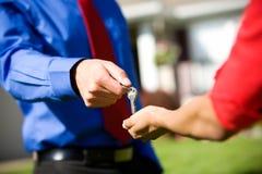 Dom: Agent ręki Nad nowych domów kluczami Zdjęcie Stock
