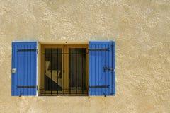 Dom, błękitny żaluzja. Provence. obraz stock