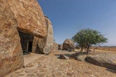 Dom budujący w gigantycznym millenarian kamieniu, Angola africa zdjęcia stock