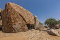 Dom budujący w gigantycznym millenarian kamieniu, Angola africa zdjęcie stock