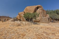 Dom budujący w gigantycznym millenarian kamieniu, Angola africa fotografia royalty free