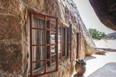 Dom budujący w gigantycznym millenarian kamieniu, Angola africa zdjęcia royalty free