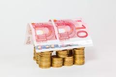 Dom budujący monety i banknoty Zdjęcie Stock