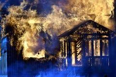 Dom całkowicie ogarniający w płomieniach obrazy royalty free