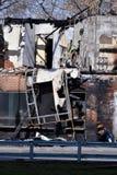 Dom cierpiący od ogienia popióły palili embers łupki czerepów gorące czerwone resztki Niebezpieczeństwo ogień Zdjęcie Royalty Free