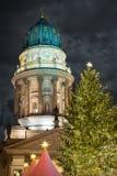 Dom de Deutscher en Berlin Gendarmenmarkt con el árbol de navidad Fotos de archivo libres de regalías