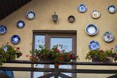 Dom dekorujący z różnymi naczyniami Zdjęcia Royalty Free