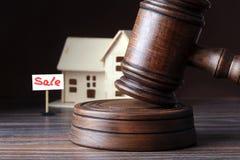 Dom dla sprzedaży, aukcja młot, symbol władza i miniatura dom Sala sądowej pojęcie Obraz Stock