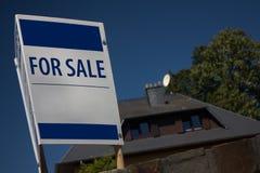 Dom dla sprzedaż znaka Zdjęcia Stock