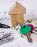 Dom drewniani bloki, połysk waluta i akcesoria dla rysować buduje domowego pojęcie, Fotografia Stock