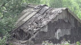 Dom horrory podczas ulewnego deszczu stary zbiory
