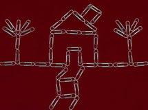 Dom i drzewa z papierowymi klamerkami obraz stock