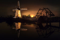 Dom i Gigantyczny holender przy nocą Fotografia Royalty Free