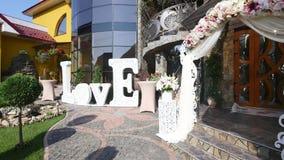 Dom i jard przygotowywający dla ślubu z kolorową dekoracją zbiory wideo