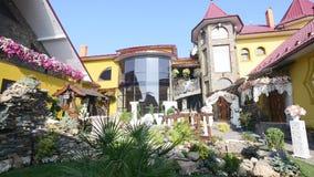 Dom i jard przygotowywający dla ślubu z kolorową dekoracją zdjęcie wideo