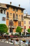 Dom i lampion, łodzie na doku Garda Włochy obraz stock