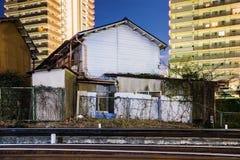 Dom i mieszkania kolejowymi śladami zdjęcia stock