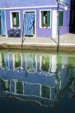Dom i odbicie w kanale, Burano, Włochy Zdjęcia Stock