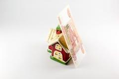 Dom i pięć tysięcy rubli pieniądze na białym tle Zdjęcia Stock