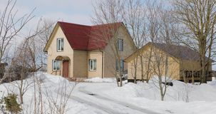 Dom i stajnia w zimie dniem zbiory