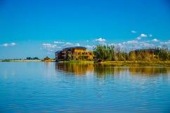 Dom jeziorem w Binjiang bagna Obraz Stock