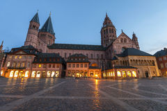 Dom kathedral viejos en la ciudad de Maguncia, Alemania por la tarde Imágenes de archivo libres de regalías
