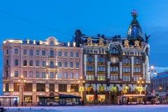 Dom Knigi Bookstore dekorerade för jul, St Petersburg Royaltyfri Bild