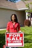 Dom: Kobieta Przygotowywająca Sprzedawać dom Fotografia Royalty Free