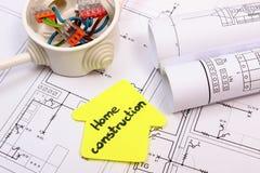 Dom koloru żółtego papier, elektryczny pudełko z kablami i budowa rysunek, Obraz Stock
