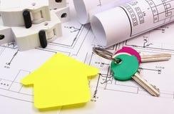 Dom koloru żółtego papier, klucze, elektryczny lont i budowa rysunek, Obrazy Stock