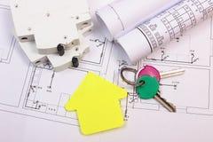 Dom koloru żółtego papier, klucze, elektryczny lont i budowa rysunek, Zdjęcie Stock