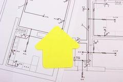 Dom koloru żółtego papier na budowa rysunku, pojęcie budynku dom Zdjęcia Stock