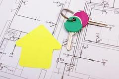 Dom koloru żółtego papier z domowymi kluczami na budowa rysunku, pojęcie budynku dom Zdjęcie Royalty Free
