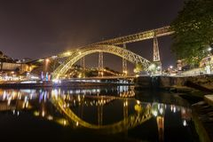Dom Louis Bridge sopra il fiume di Duoro a paesaggio urbano di Oporto, Portogallo fotografie stock