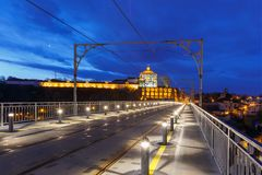 Dom Luis I brug in Porto bij nacht, Portugal Stock Afbeelding