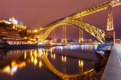Dom Luis I brug in Porto bij nacht, Portugal Royalty-vrije Stock Afbeeldingen
