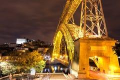 Dom Luis I brug in Porto bij nacht, Portugal Stock Fotografie