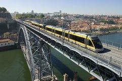 Dom Luis Porto, Portugalia Przerzucam most z metrem Fotografia Stock