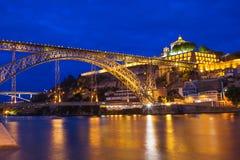 Dom Luis przerzucam most nad Douro rzeką przy nocą Zdjęcie Stock