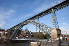 Dom Luis que eu construo uma ponte sobre no rio de Douro em Porto Imagem de Stock
