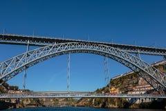 Dom Luis que eu construo uma ponte sobre sobre o rio de Douro em Porto, Portugal Foto de Stock