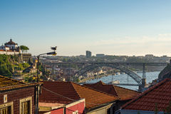 Dom Luiz I bro över den Douro floden i Porto portugal Royaltyfri Bild