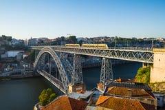 Dom Luiz I bro över den Douro floden i Porto portugal Arkivfoto